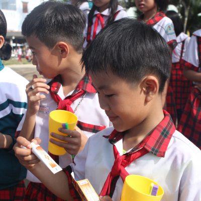 Khám bệnh và tặng sản phẩm chăm sóc răng miệng cho trẻ em nghèo vùng nông thôn