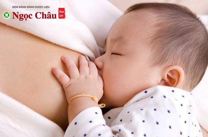 Sữa mẹ có nhiều chất dinh dưỡng cần thiết cho sự phát triển của trẻ
