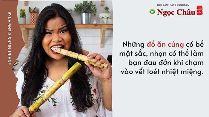 Không ăn đồ khô cứng khi bị nhiệt miệng