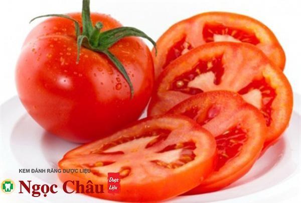 Làm trắng răng bằng cà chua nguyên chất