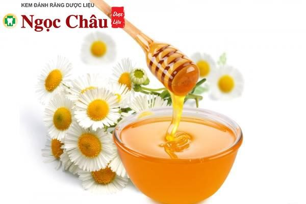 Ngậm 1 – 2 thìa cà phê mật ong trong miệng khoảng 5 – 7 phút