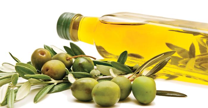 Bạn dùng dầu oliu để súc miệng tương tự như dầu dừa