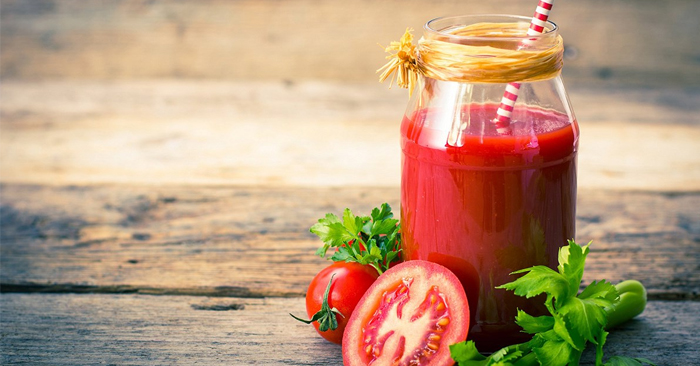 Các dưỡng chất vitamin C, canxi, magie… trong cà chua giúp mang lại hàm răng trắng sáng