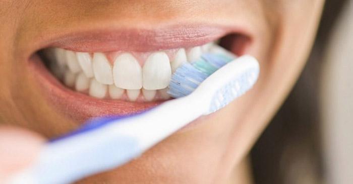 Sau sinh bao lâu thì được đánh răng?